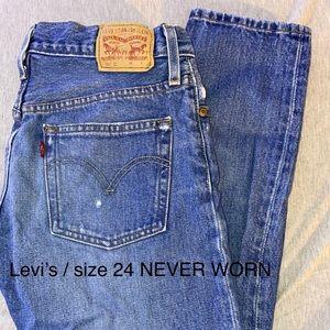 Levis medium wash straight leg jeans
